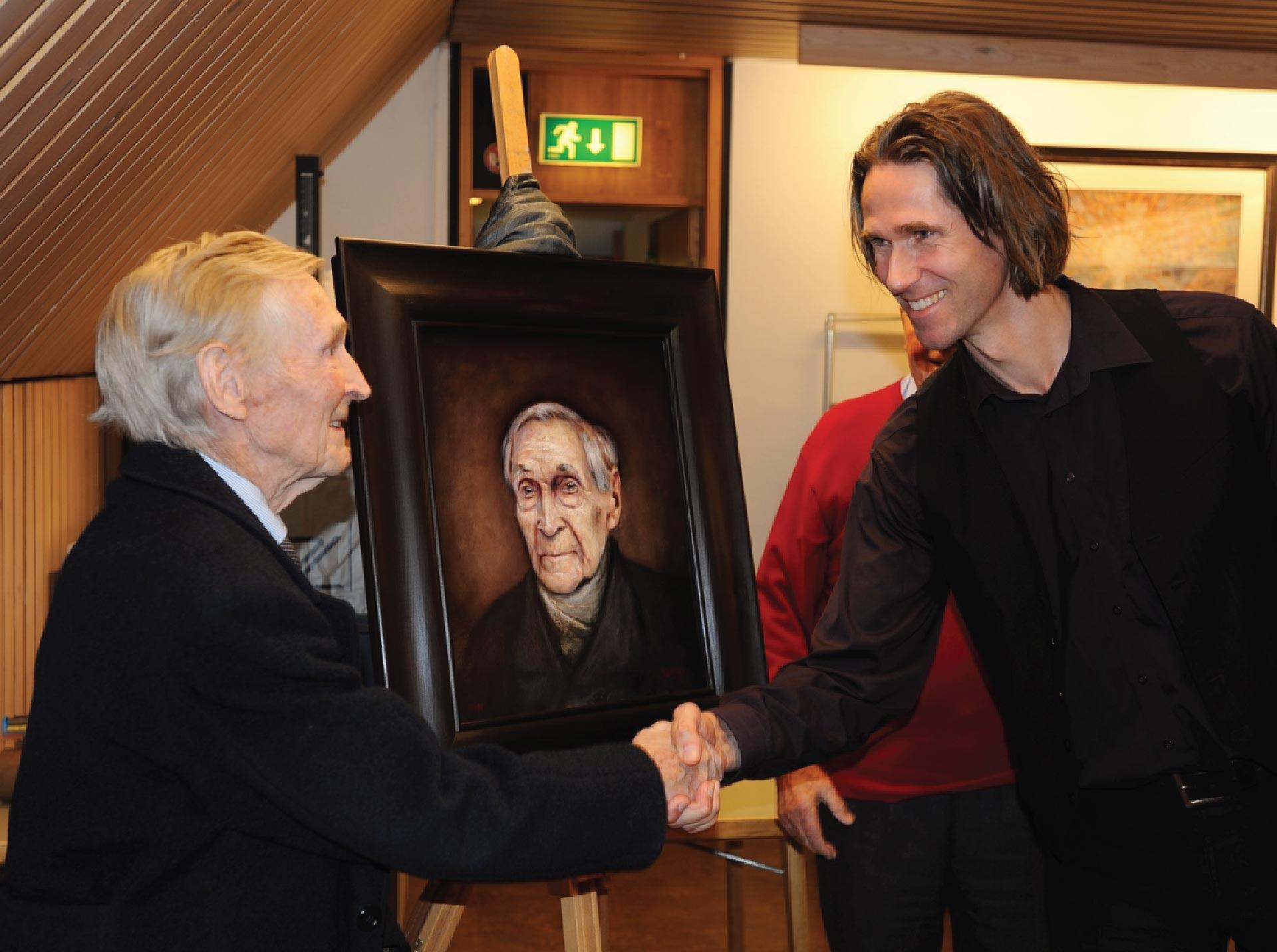 Foto av Gunnar Sønsteby og Ross Kolby foran portrettet av Sønsteby